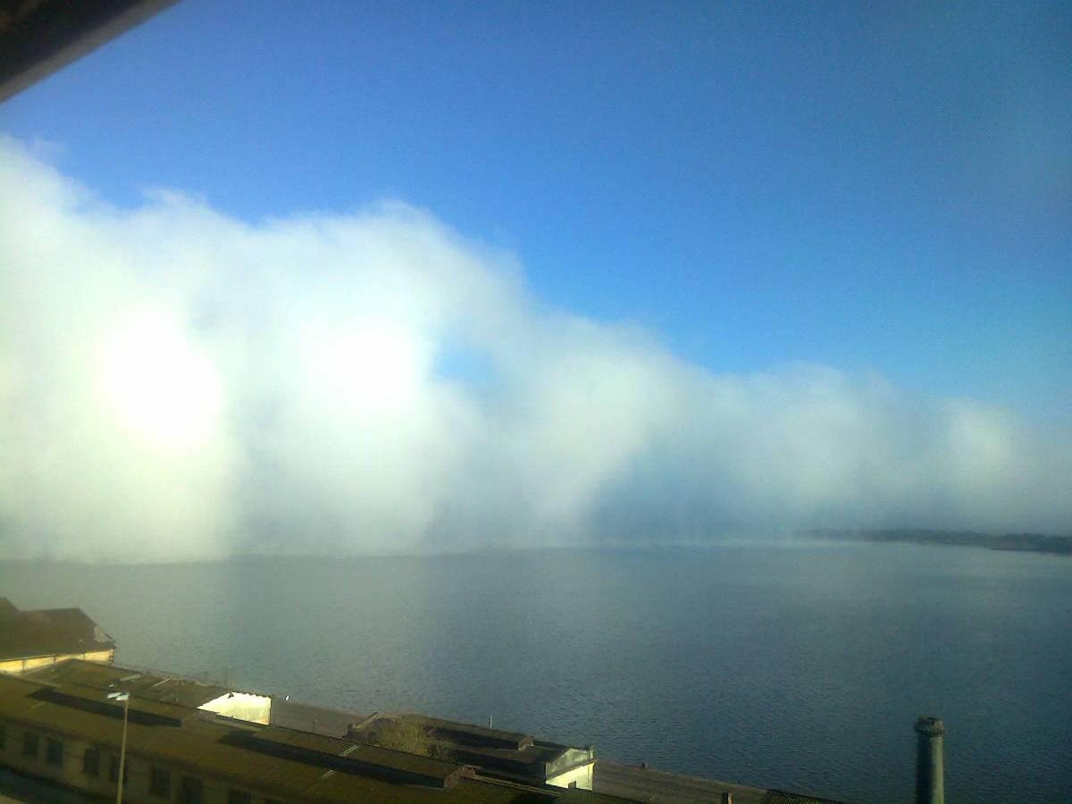 Imagem Rara: Nuvem de Neblina Avança sobre o Guaiba em Porto Alegre